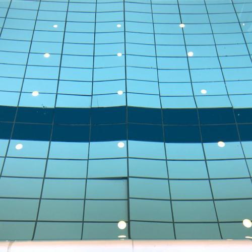 Losgekomen en/of gebroken tegels in zwembad